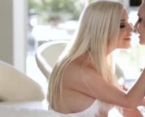 Une blonde mature se doigte la chatte comme une folle