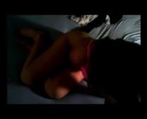 Brunette is alleen thuis en geilt zich op met een pornofilmpje
