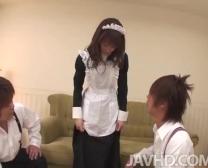 Aiuchi Shiori Si Ritrova Circondata Mentre Lavora Nella Pulizia Di Una Stanza