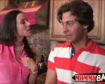 Stiefmutter Kendra Inbrunst Gefangen Teenager-Duo In Der Küche Schlagen
