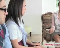 Hatalmas-Boobed Mama Bizonyítja Mostohalánya Hevederek