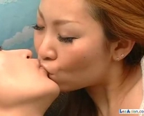 Aziatische Gal Krijgt Haar Tieten En Vag Streelde Krachtig Knuffelen Op De C