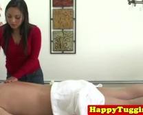 Masajista Asiática Masturbándose Sopla Esperma Cliente