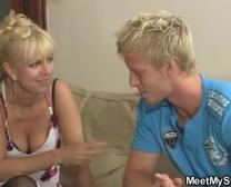 Jego Ultra-Słodkie Blondie Pani Zaangażowana W Rodzinnym 3 Way