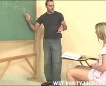تلميذات الملابس الداخلية الحصول على جميع الرطبة في الصف