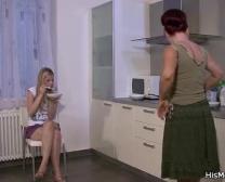 Zijn Moeder Bulten Tiener Op De Keuken