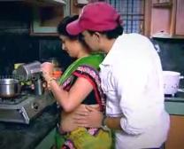 الهندي ربة منزل يميل زميل عمه جار في المطبخ منخفضة