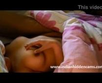 Indiase College Honing Blootleggen Van Haar Aangeboren Hooters In Zinderende Prachtige Ondergoed