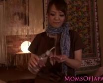 هيتومي تاناكا يعطي الحسي بوف التدليك