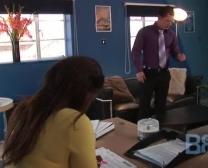 جميلة ويب الياسمين ضجيجا مع مدير أعمالها في العمل