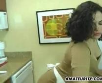 Jeune Prostituée Adolescente Désossée Dans La Cuisine
