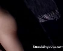Puts Asiatiques Minuscules Sur Un Costume Et Fait Tout