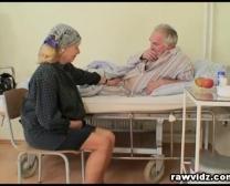 يساعد البرية ممرضة تبخير المريض القديم للحصول على وضع